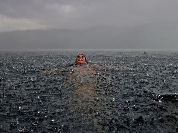 شناکردن, زیر باران,