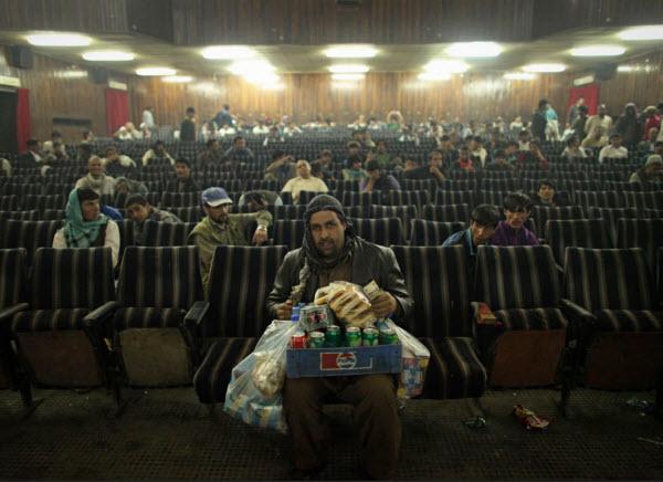 فروشنده تنقلات در سینمایی در کابل