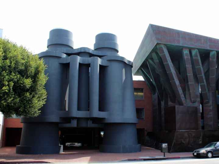 giant-binoculars-guard-the-entrance-of-googles-campus-near-venice-beach-los-angeles