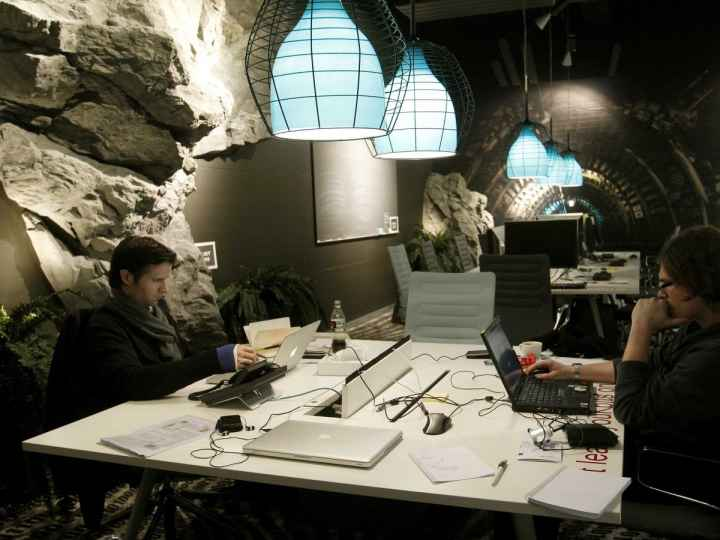 the-zurich-office-briefing-room-is-designed-like-an-underground-tunnel
